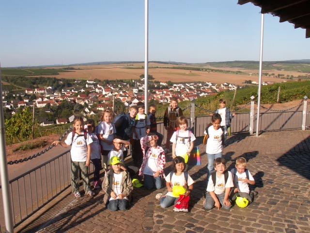 Schulkinder mit Blick auf Guldental